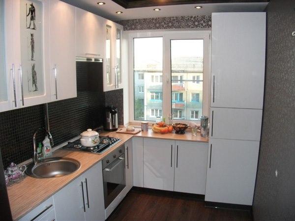 Дизайн кухни длинная с балконом..